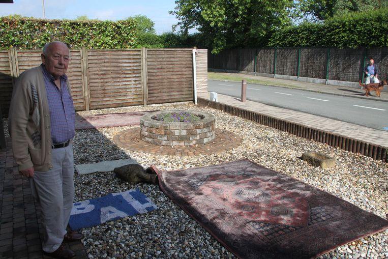 Gilbert Vandeputte bij tapijten die donderdagvoormiddag nog laten te drogen aan de voordeur.
