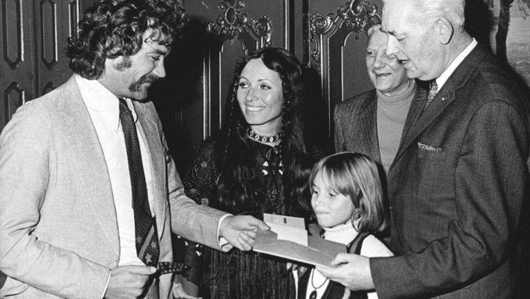 Tijdens een bijeenkomst in het Toneelmuseum werd in 1970 de Henriette Roland Holst-prijs uitgereikt aan Gerben Hellinga (links) Beeld ANP