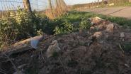 Sluikstorter dumpt bouwafval langs trage weg