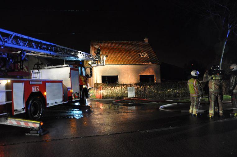 Het vuur verwoestte de binnenkant van het huis volledig.