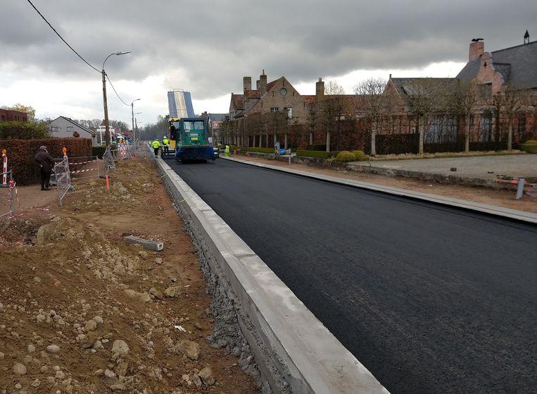 De eerste laag asfalt in de Beernemsteenweg is een feit