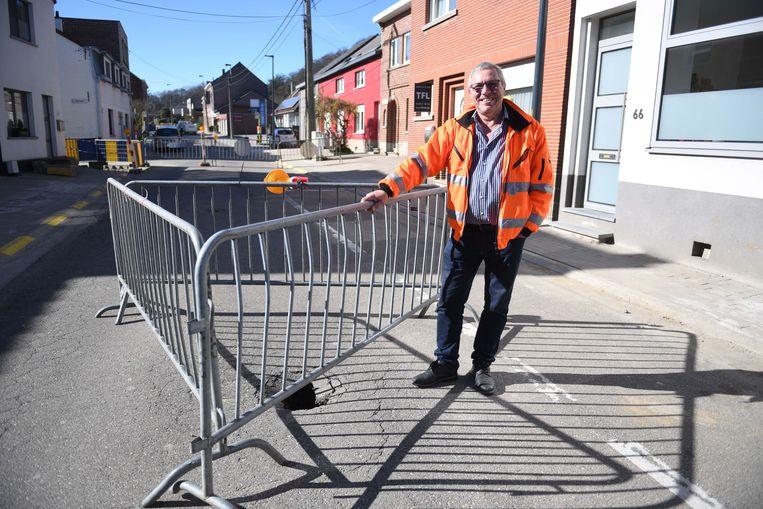 Schepen Stef Ryckmans bij de wegverzakking in de Kruisstraat in Everberg.