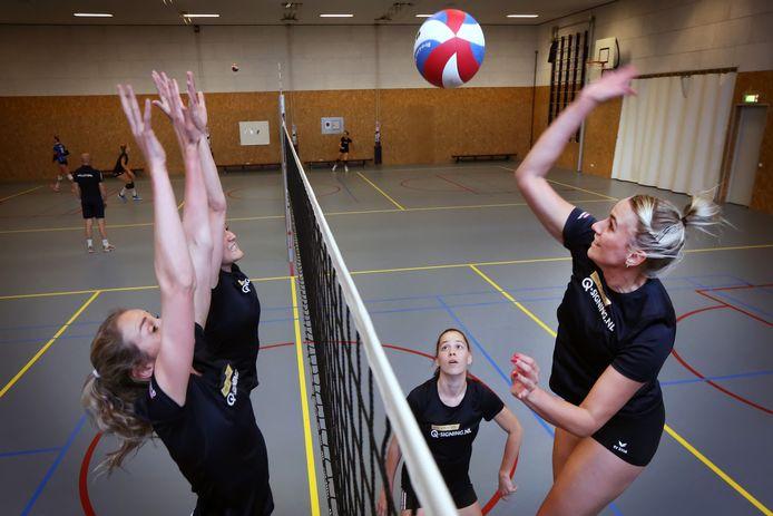 De eerste zaaltraining sinds corona van het eerste damesteam van Volley Tilburg met rechts Lotte den Exter.