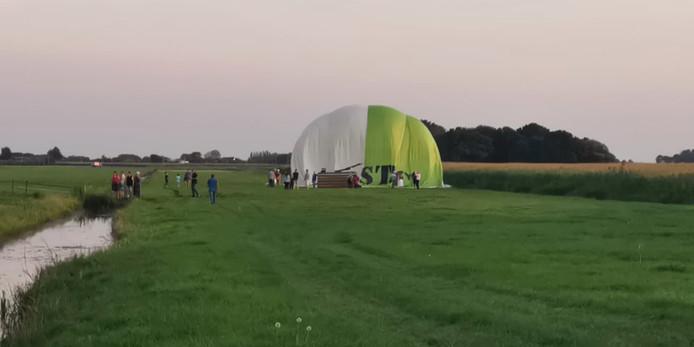 De andere ballon kwam terecht in een weiland.