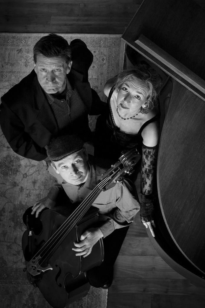Rian van Nieuwkuijk met haar muzikanten, pianist Jeroen Jongmans en bassist Gregor Schaefer.