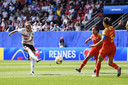 Giulia Gwinn haalt uit voor de 1-0.