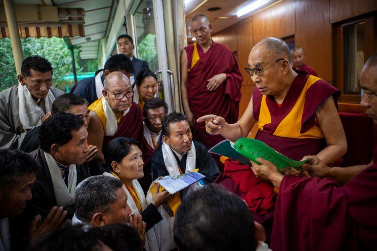 Dharamsala De dalai lama spreekt volgelingen toe in het klooster waar hij al zestig jaar woont.  Beeld Julius Schrank / de Volkskrant