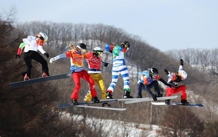 De snowboardcross met uiterst rechts de latere winnaar Michela Moioli uit Italië.