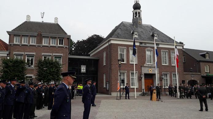 De vorige commando-overdracht van DGLC, van kolonel Peter Gielen aan Jan Blom, vond plaats op het Ridderplein in Gemert. archieffoto