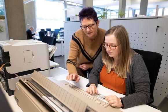 Roxane Kerssebeeck van de gemeente Willebroek is aangewezen op een typmachine na een computerhack