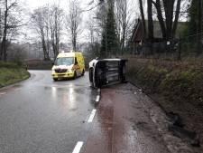 Auto slipt en belandt op zijkant in Milsbeek