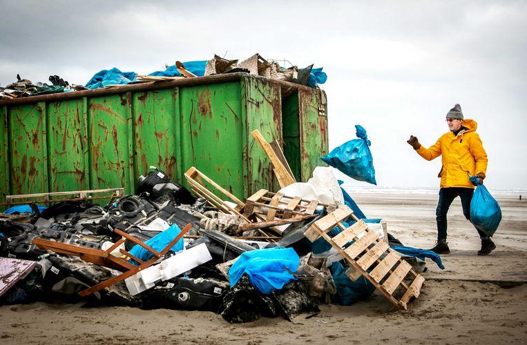 Een container vol spullen aangespoeld op het strand van Terschelling nadat het vrachtschip MSC Zoe bijna 300 containers was verloren.