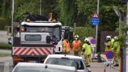Arbeiders willen verzakking in wegdek herstellen, maar veroorzaken een gaslek