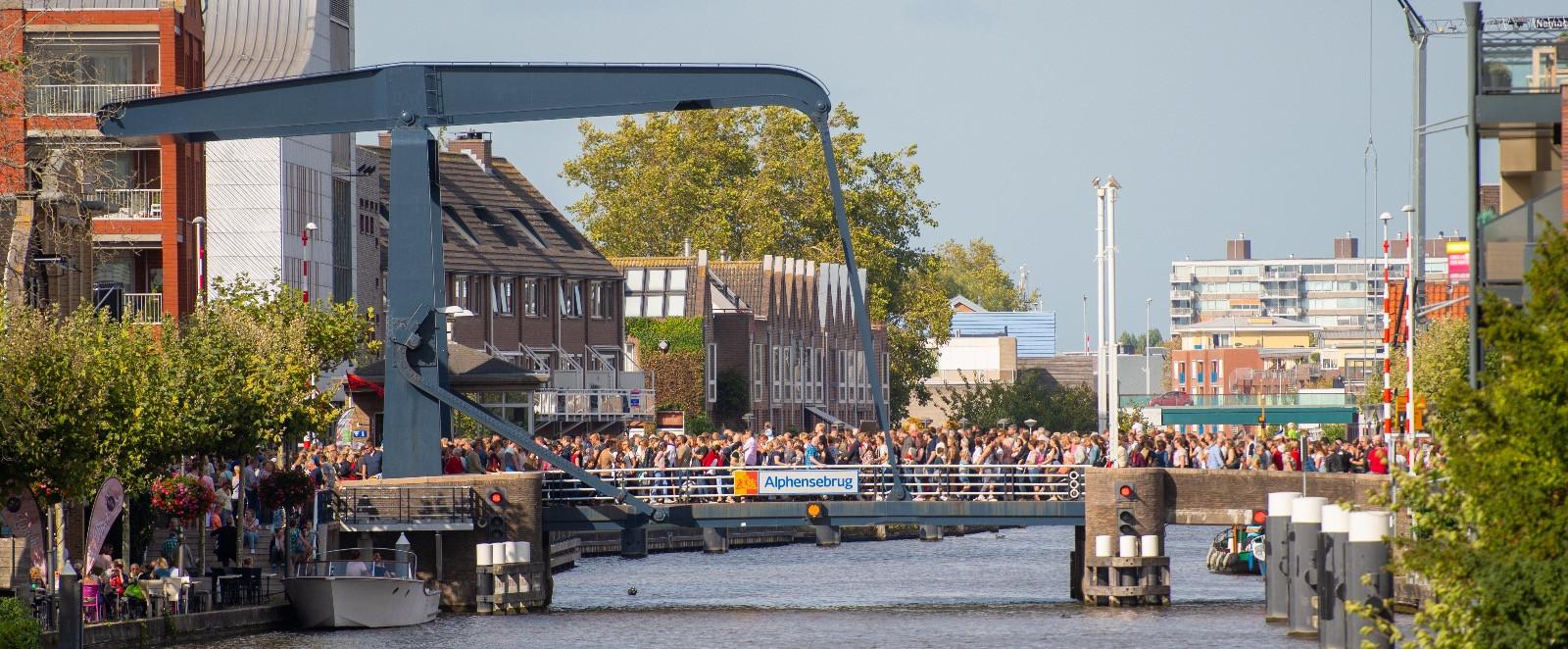 De Alphensebrug vol met mensen