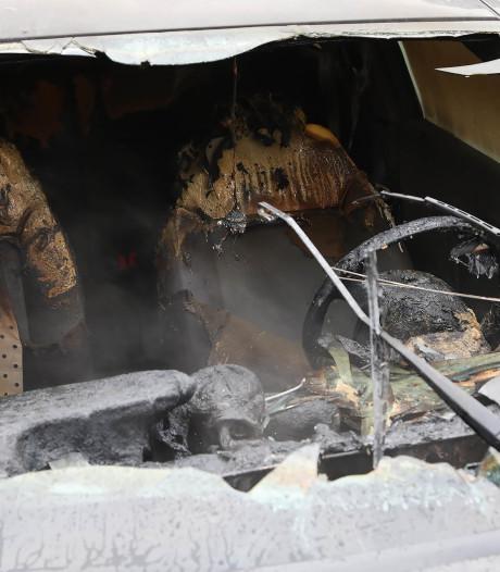 Auto vliegt in brand bij het starten op parkeerterrein in Oss, bestuurder blijft ongedeerd