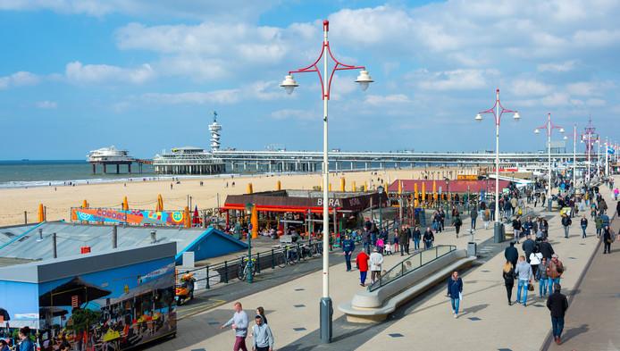 Wandelaars op de boulevard van Scheveningen.