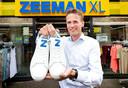 Zeeman CEO Erik-Jan Mares. Zeeman heeft 2 soorten sneakers op de markt gebracht waarvan eentje 200 euro kost, de ander 12,99. Hier de goedkope variant