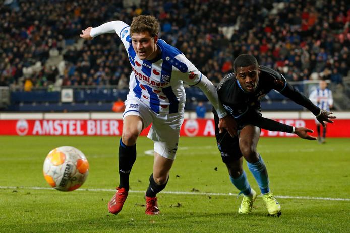 Sam Lammers gaat een duel aan met PEC Zwolle-back Kenneth Paal.