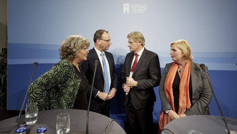 Justine Kriens (VNG), Ton Heerts (FNV), staatssecretaris van Rijn en Suzanne Kruizinga (CNV) tijdens een persconferentie over de zorgplannen gisteren in Nieuwspoort. Beeld anp