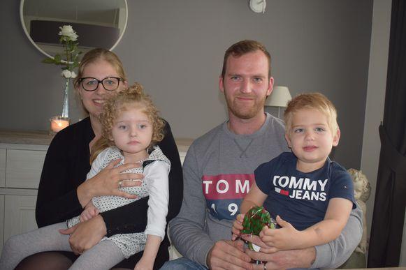 Laura en Joey met hun tweeling Mila en Vince.