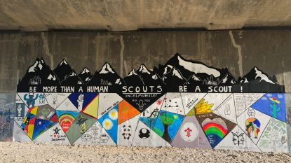 Scouts Ingelmunster steken Ringbrug in kleurrijk jasje