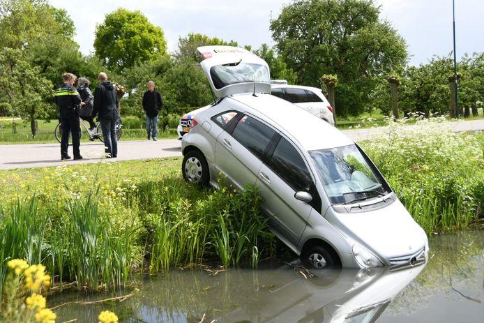 De auto van de hulpverlener zakte ook de sloot in.
