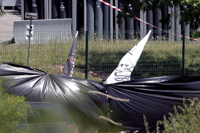 Op de plaats delict zijn vlagen van Islamitische Staat teruggevonden.