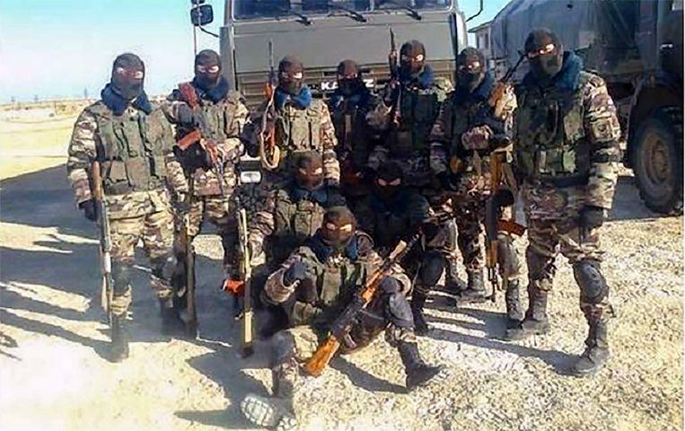 Huurlingen van de Wagner Groep poseren begin dit jaar in Syrië. Beeld
