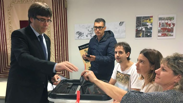 De Catalaanse president Carles Puigdemont brengt zijn stem uit tijdens het referendum.