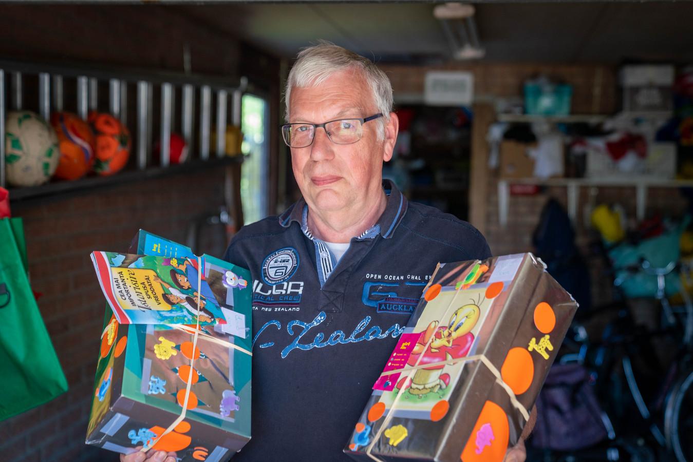 """Vrijwilliger Arie de Wit organiseert al jaren een schoenendoosactie voor kinderen in arme landen. ,, Als je de kinderen ziet glimlachen, geeft dat een goed gevoel."""""""