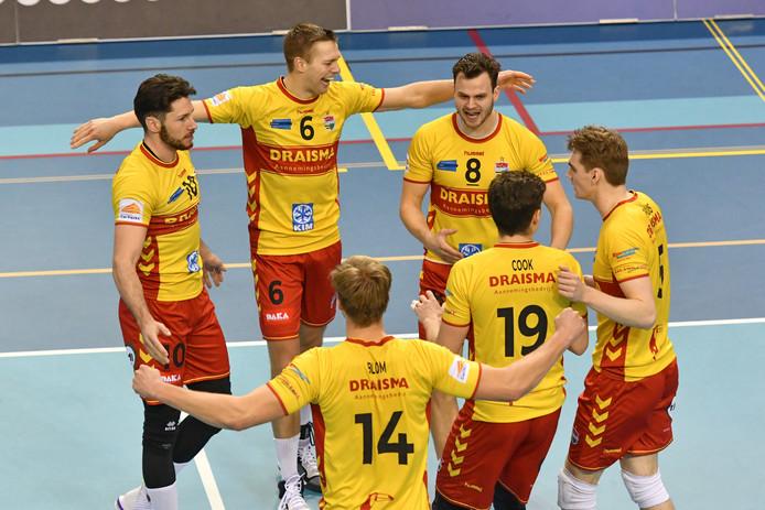 Dynamo sluit het volleybalseizoen als eerste af, maar wordt niet tot kampioen uitgeroepen.