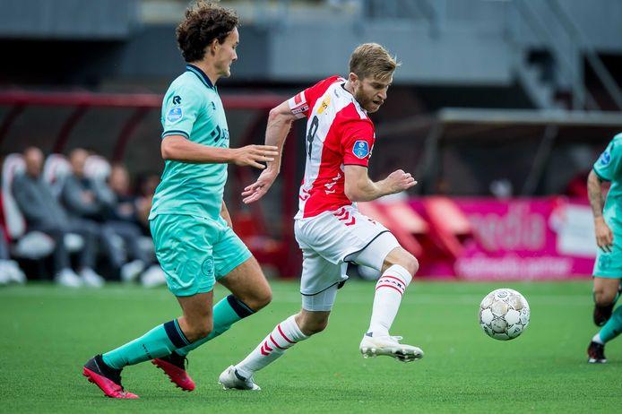 Willem II-verdediger Jop van der Avert (links) in duel met Michael de Leeuw van FC Emmen.