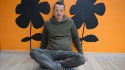Van complottheoriën tot kilometers verzorgingsverband: ex-psychiatrisch patiënt Sven staat samen met Rick De Leeuw op het podium voor Te Gek?!