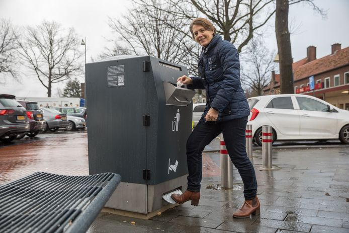 De afvalcontainer is met een voetpedaal te openen.