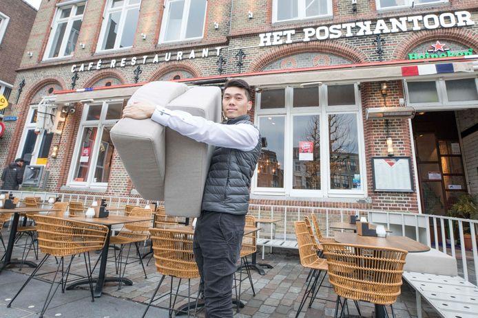 Afgelopen zondag: Yiuchow ruimt de kussens op van het terras van het Postkantoor in Goes.