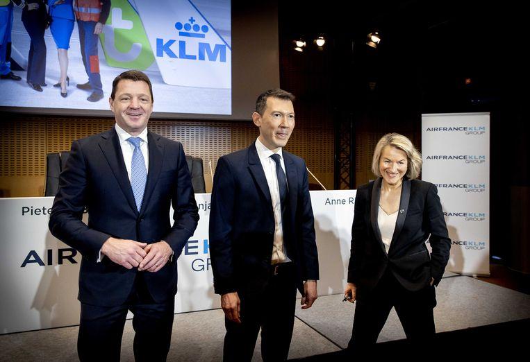 Topman Ben Smith (m.) tussen Pieter Elbers (CEO van KLM) en Anne Rigail (CEO van Air France).