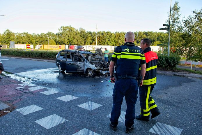 Auto vliegt in brand na botsing in Bergen op Zoom