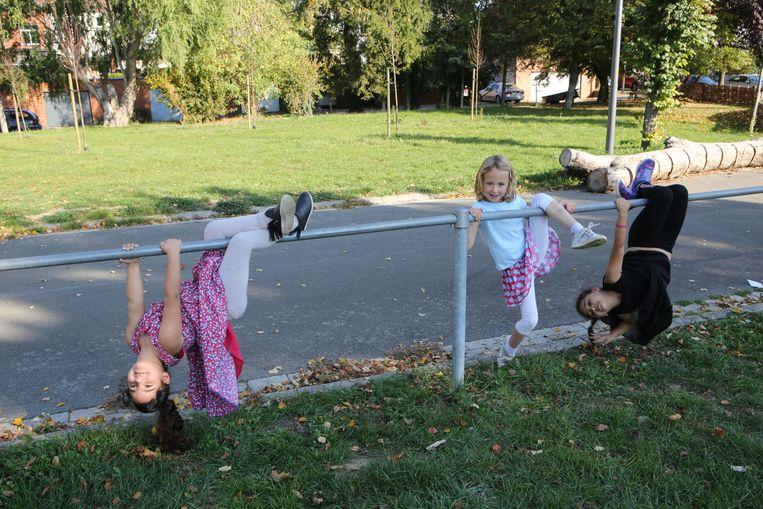 TIENEN-Voor deze kinderen hoeft het er niet echt blitz aan toe te gaan. Een gewoner balustrade van de omheining kan soms nog het meeste speelplezier opleveren.