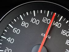 16-jarige zonder rijbewijs rijdt 80 km te hard en negeert stopteken