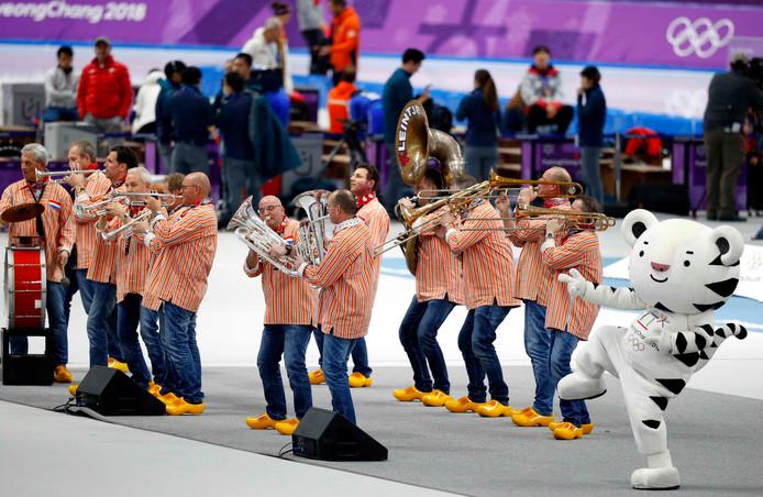 Kleintje Pils maakt het schaatsen nog een beetje amusant, vindt de Berliner Zeitung