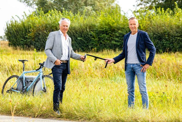 Ad-interimvoorzitter Ben de Reu (links) geeft het fietsstuur door aan de nieuwe voorzitter Henk Remijnsen.