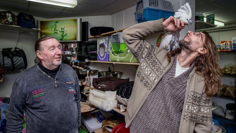 Dennis van den Burg en vader in zijn dierenwinkel in Noord Beeld Jean Pierre Jans