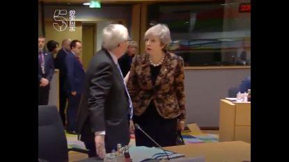 Liplezers vangen bizar gesprek op tussen Juncker en May