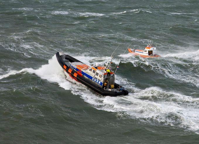 Volgens de kustwacht is het op dit moment te gevaarlijk om met duikers het water in te gaan.