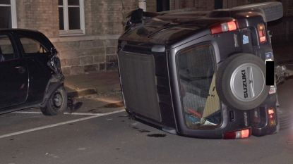 Terreinwagen kantelt na botsing tegen geparkeerde auto