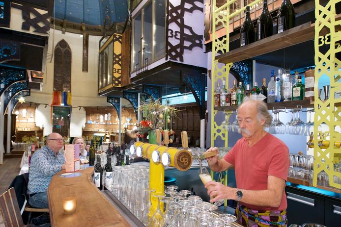 In Bizar-Bazar is ook een bar aanwezig waar bier wordt getapt.