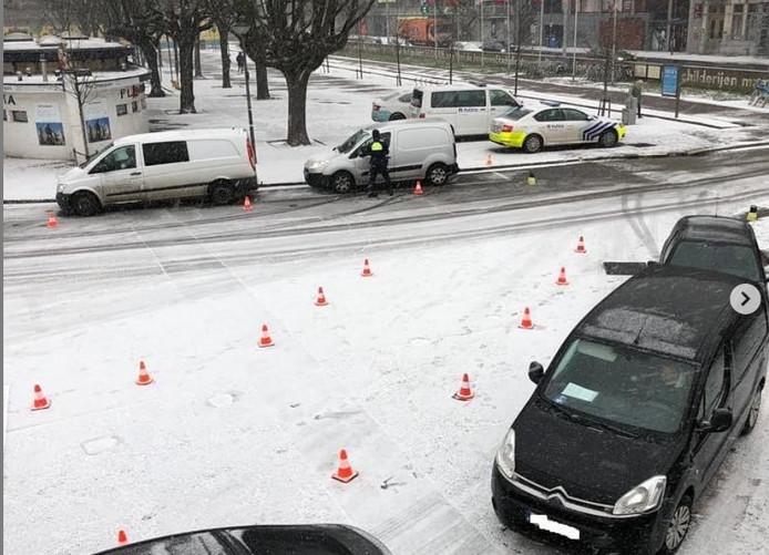 De controle vond plaats aan het ondergesneeuwde Steenplein.