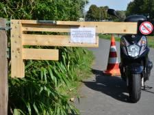 Klaphek tegen brommers op voetpad achter Oranjeboomstraat: 'Ze rijden ons van de sokken'