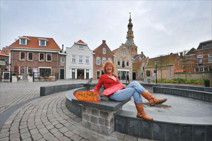 Kunstenares Inge de Groot op het Zierikzeese pleintje waarvoor zij de naam Plein Montmaertre verzon.