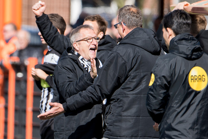 Achilles '29-coach Eric Meijers viert  de overwinning.